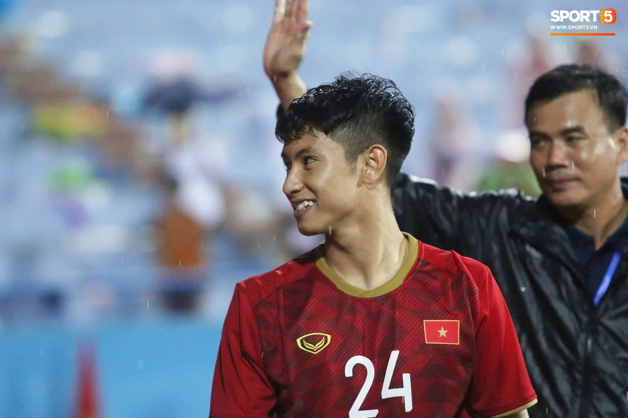 Hình ảnh cảm động: U23 Việt Nam đội mưa đi khắp khán đài cảm ơn người hâm mộ sau trận thắng U23 Myanmar-9
