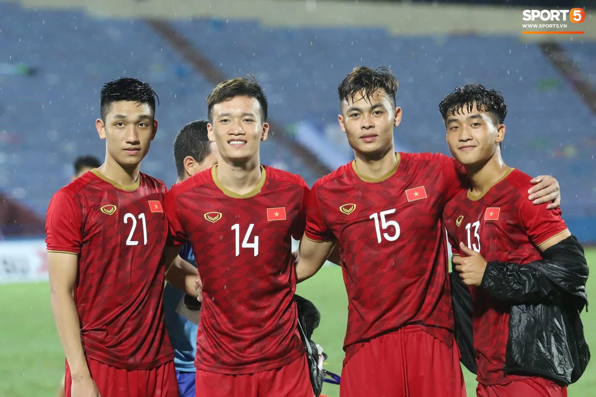 Hình ảnh cảm động: U23 Việt Nam đội mưa đi khắp khán đài cảm ơn người hâm mộ sau trận thắng U23 Myanmar-11