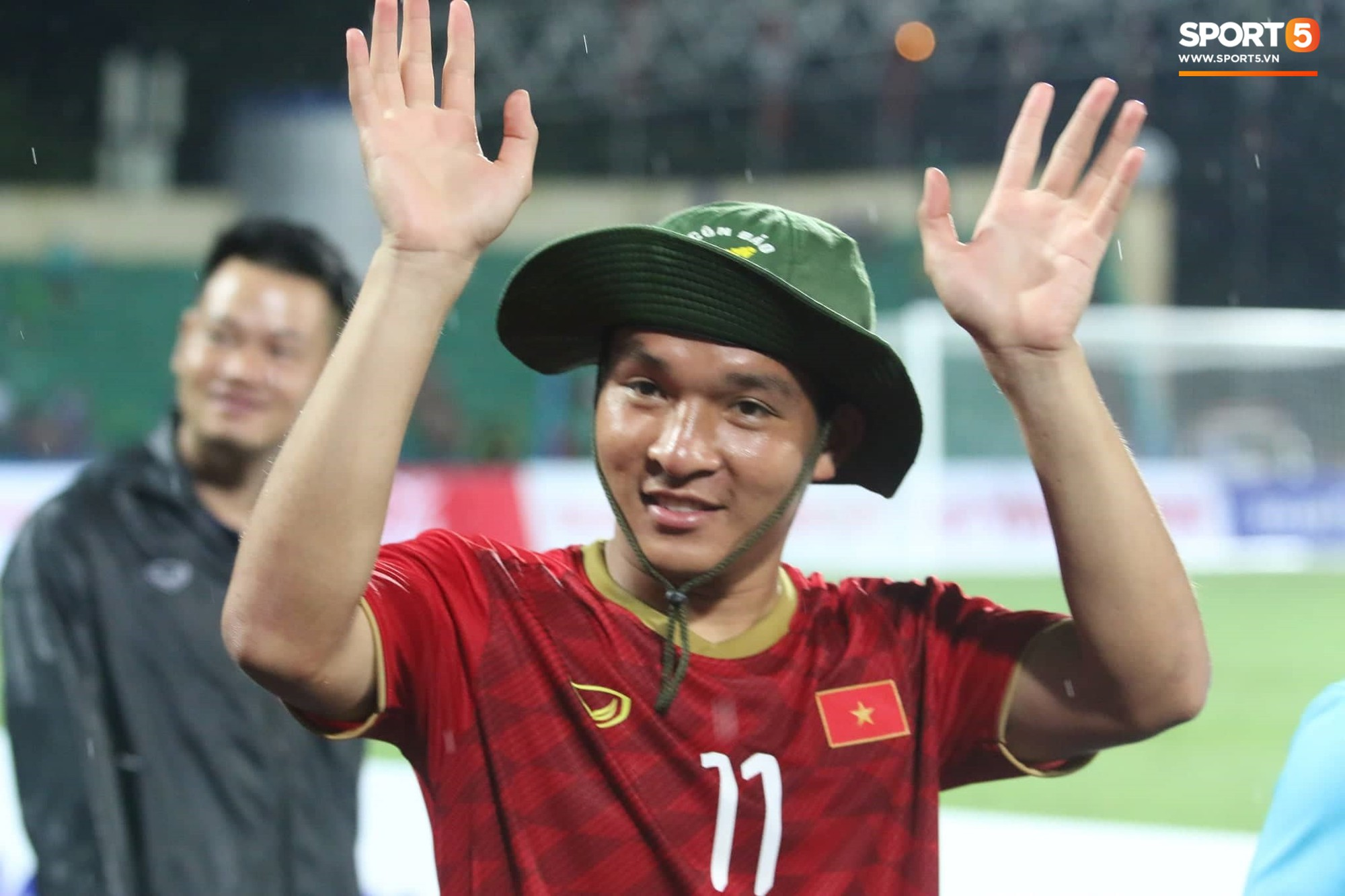 Hình ảnh cảm động: U23 Việt Nam đội mưa đi khắp khán đài cảm ơn người hâm mộ sau trận thắng U23 Myanmar-12