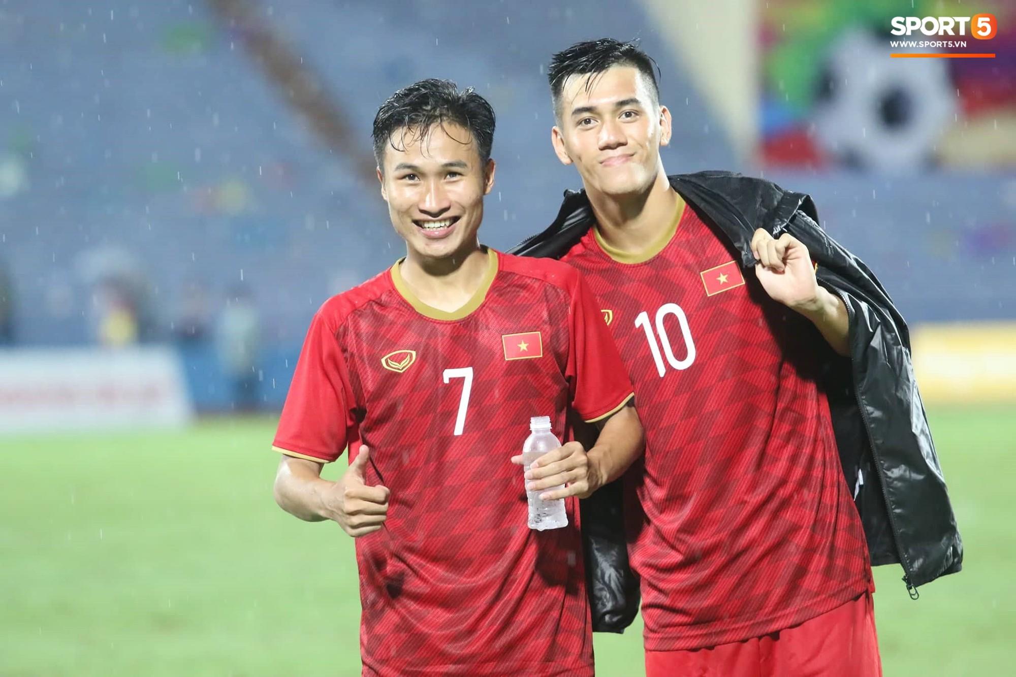 Hình ảnh cảm động: U23 Việt Nam đội mưa đi khắp khán đài cảm ơn người hâm mộ sau trận thắng U23 Myanmar-13