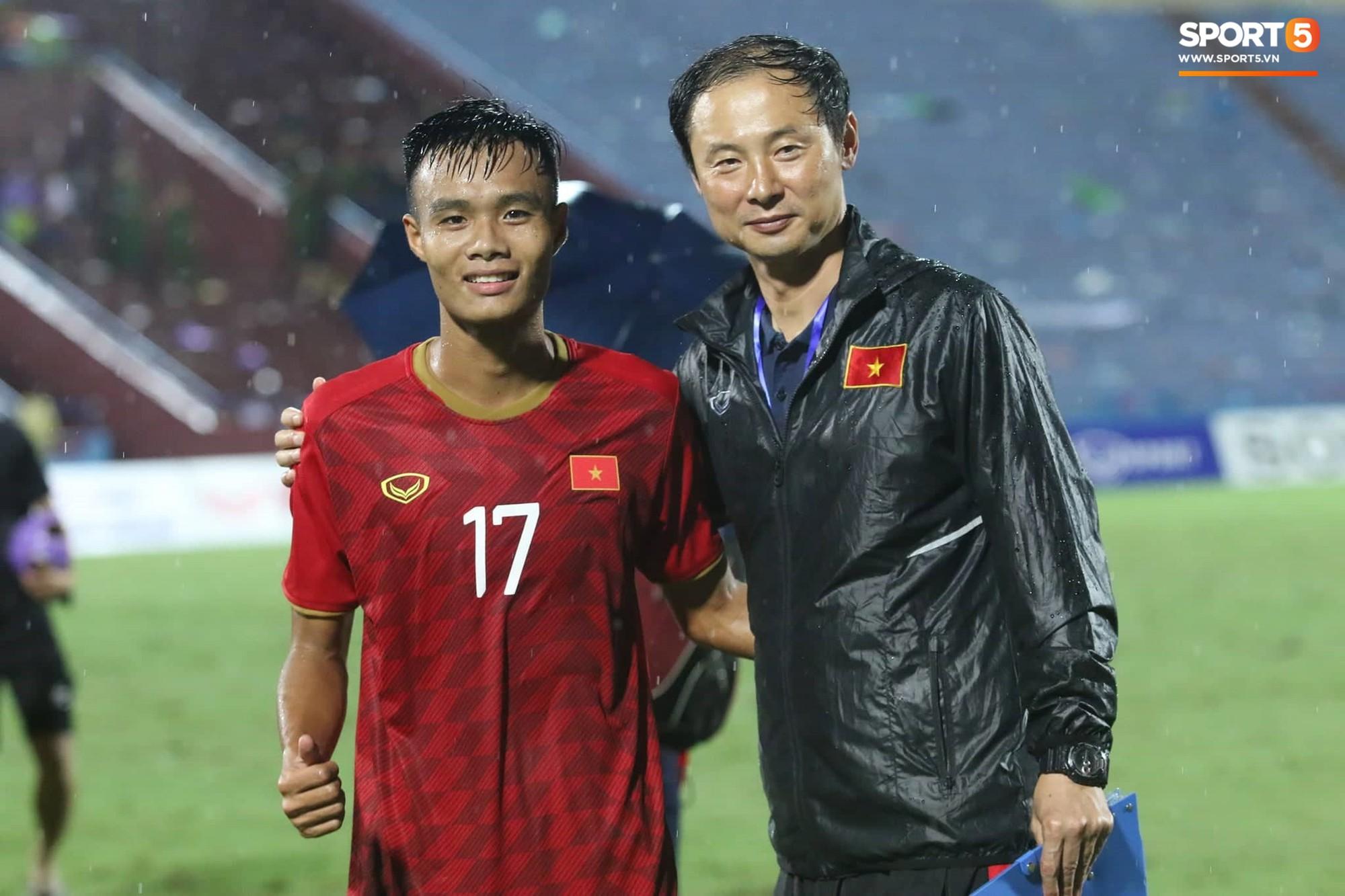 Hình ảnh cảm động: U23 Việt Nam đội mưa đi khắp khán đài cảm ơn người hâm mộ sau trận thắng U23 Myanmar-14