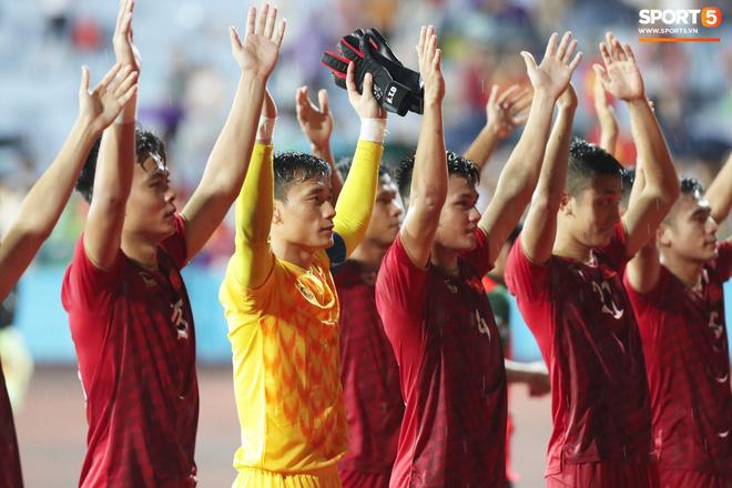 Hình ảnh cảm động: U23 Việt Nam đội mưa đi khắp khán đài cảm ơn người hâm mộ sau trận thắng U23 Myanmar-15