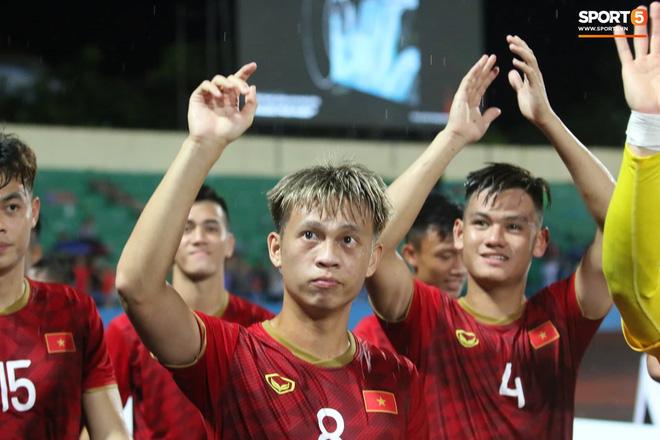 Hình ảnh cảm động: U23 Việt Nam đội mưa đi khắp khán đài cảm ơn người hâm mộ sau trận thắng U23 Myanmar-16