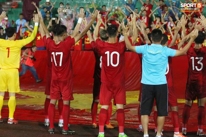 Hình ảnh cảm động: U23 Việt Nam đội mưa đi khắp khán đài cảm ơn người hâm mộ sau trận thắng U23 Myanmar-17