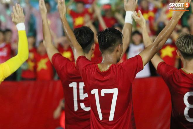 Hình ảnh cảm động: U23 Việt Nam đội mưa đi khắp khán đài cảm ơn người hâm mộ sau trận thắng U23 Myanmar-18