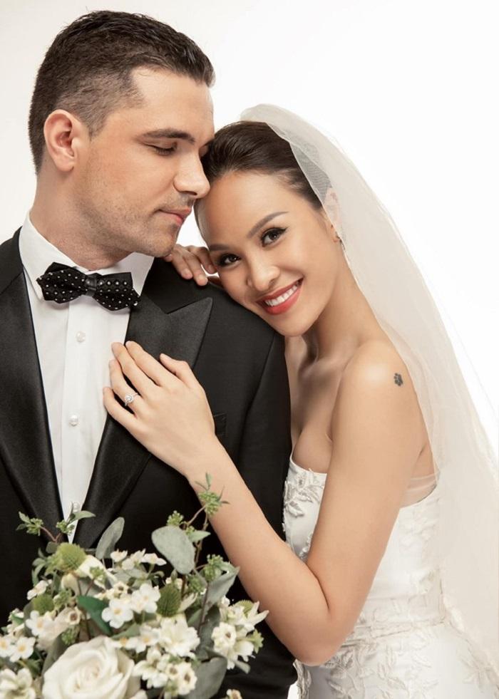 MC Phương Mai tình tứ khóa môi chồng trong ảnh cưới giản dị-5