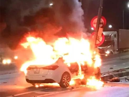 Xế hộp bốc cháy khi đâm trúng cột đèn tín hiệu giao thông-1