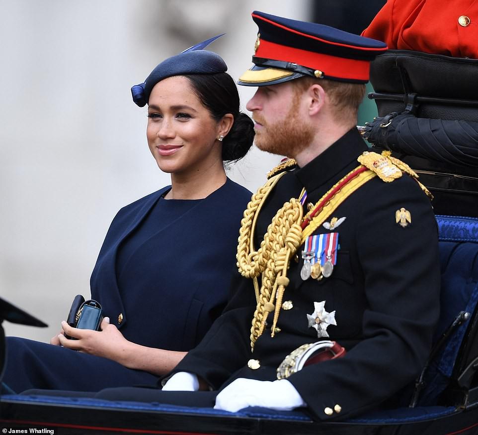 Cùng ngồi chung xe ngựa với chị dâu Kate, Meghan Markle bị dìm hàng không thương tiếc, ăn mặc như đưa đám, nhợt nhạt kém sắc-1
