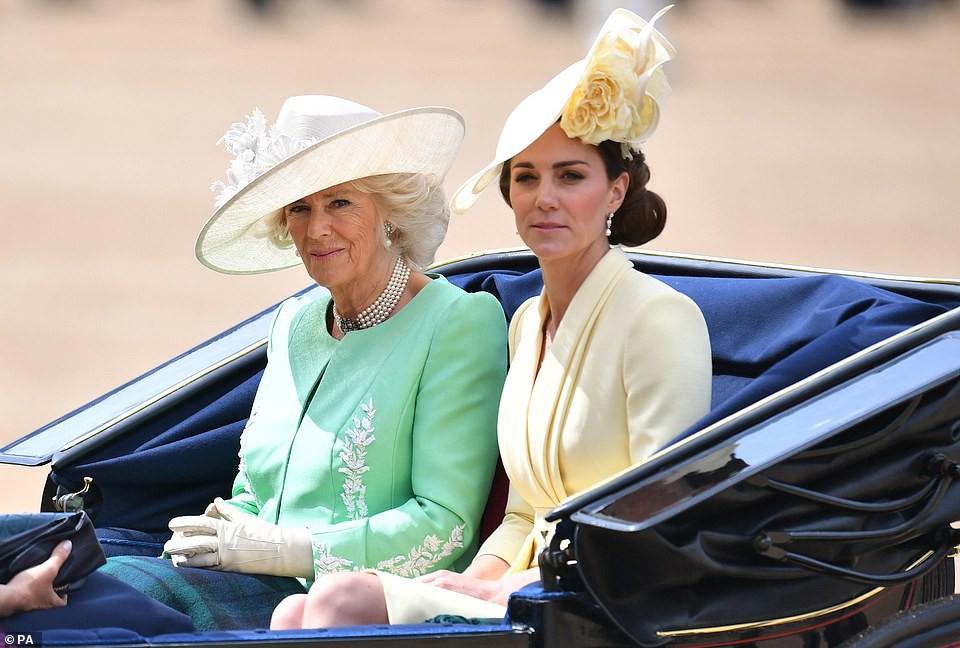 Cùng ngồi chung xe ngựa với chị dâu Kate, Meghan Markle bị dìm hàng không thương tiếc, ăn mặc như đưa đám, nhợt nhạt kém sắc-3