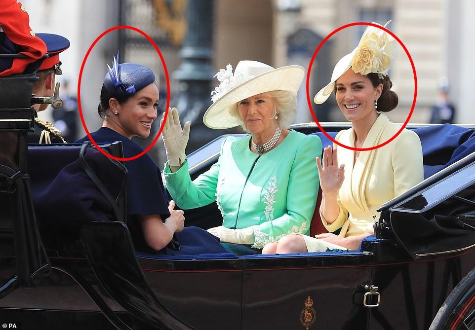 Cùng ngồi chung xe ngựa với chị dâu Kate, Meghan Markle bị dìm hàng không thương tiếc, ăn mặc như đưa đám, nhợt nhạt kém sắc-4