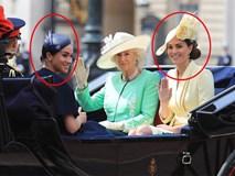 Cùng ngồi chung xe ngựa với chị dâu Kate, Meghan Markle bị dìm hàng không thương tiếc, ăn mặc như đưa đám, nhợt nhạt kém sắc