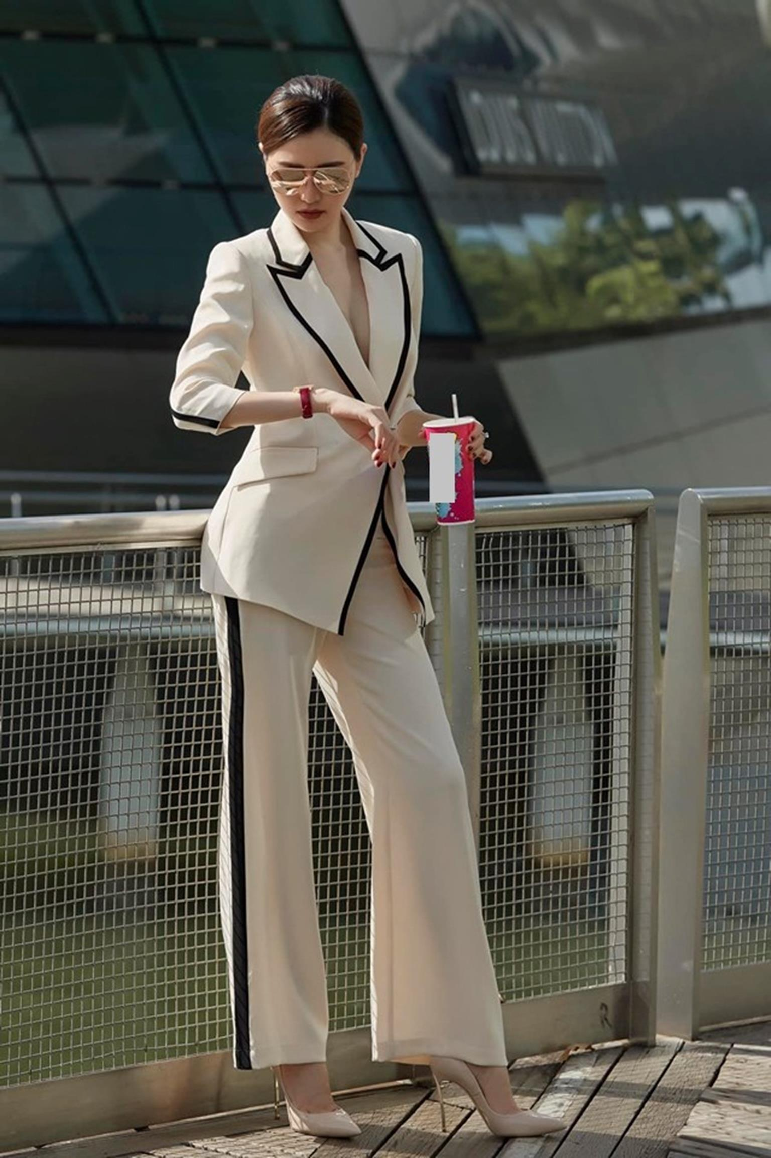 Mỹ nữ Vũng Tàu đi xe 70 tỷ mặc vest khoét sâu khoe vòng 1 nóng bỏng-4
