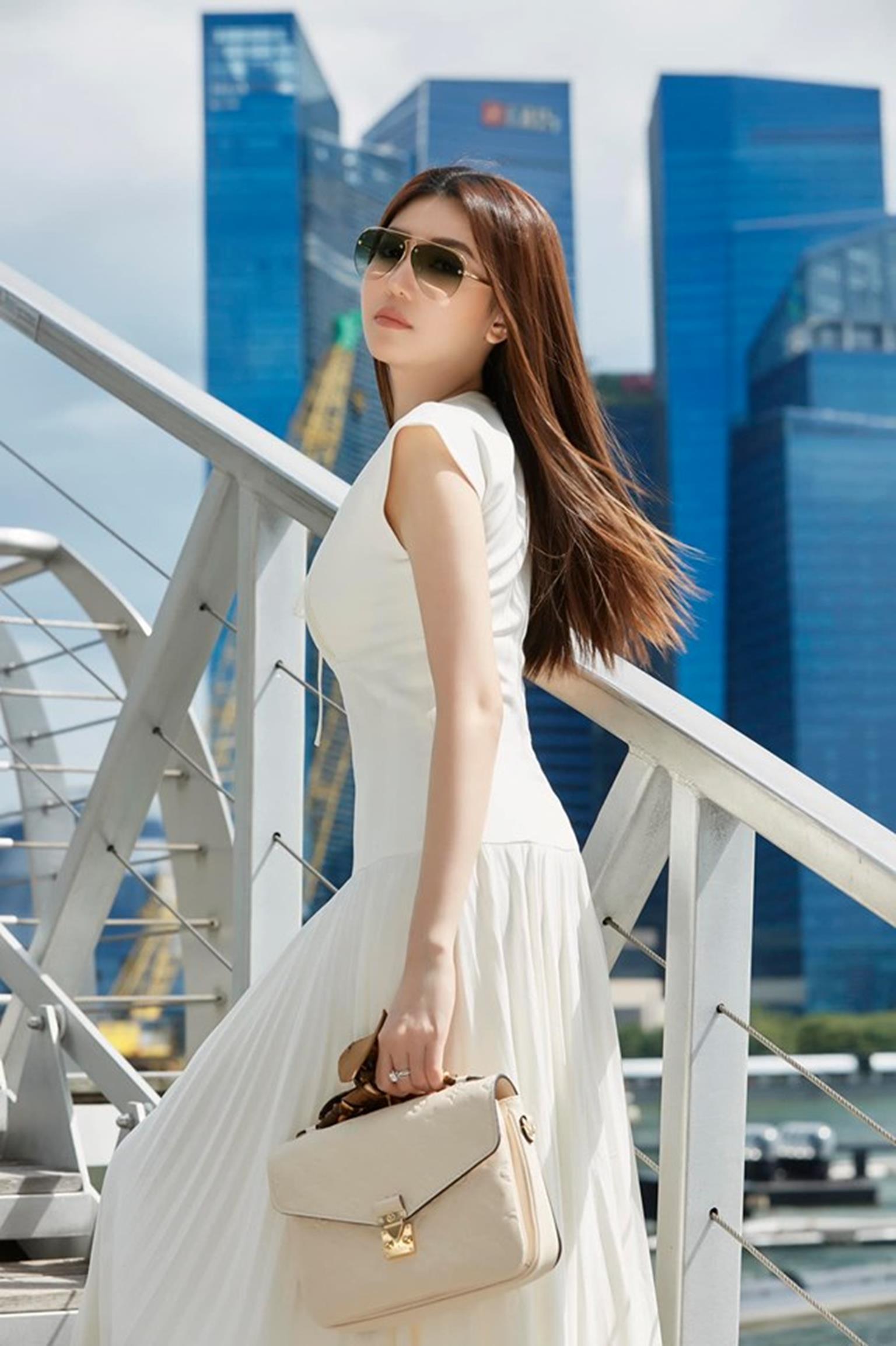Mỹ nữ Vũng Tàu đi xe 70 tỷ mặc vest khoét sâu khoe vòng 1 nóng bỏng-6