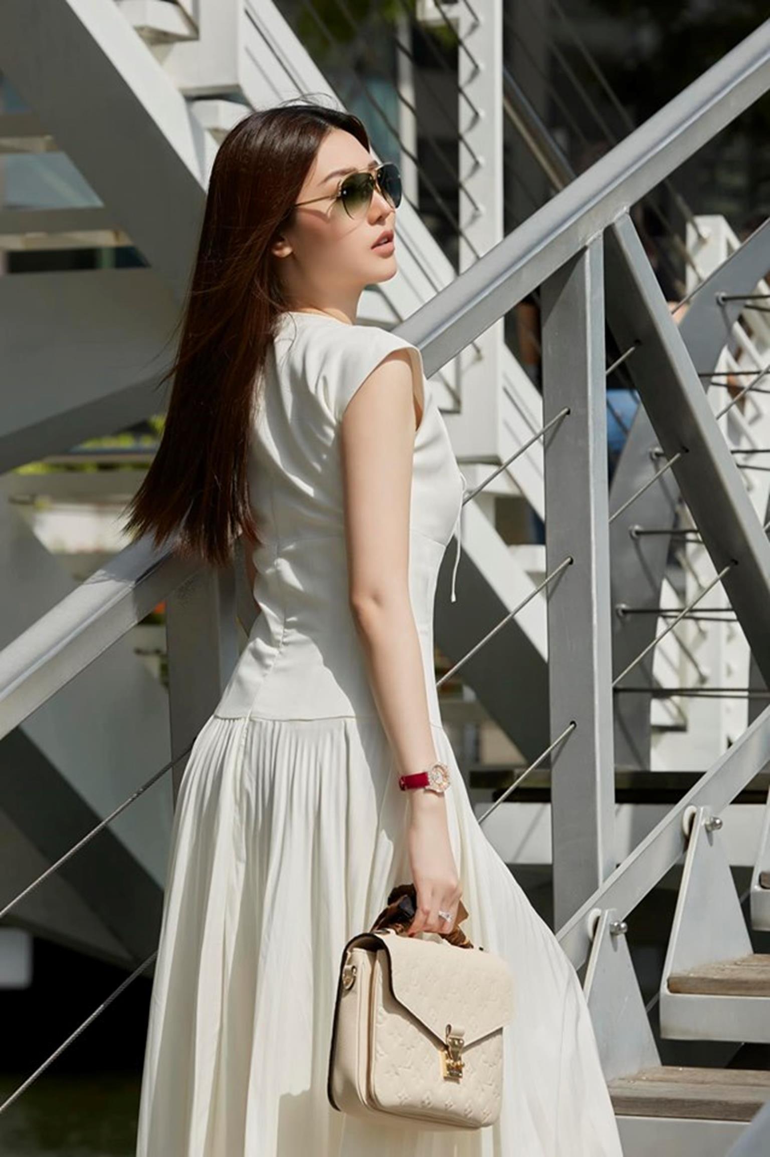 Mỹ nữ Vũng Tàu đi xe 70 tỷ mặc vest khoét sâu khoe vòng 1 nóng bỏng-7