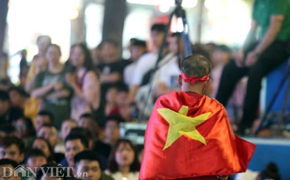 Ảnh: Hàng nghìn CĐV tiếc nuối vì tuyển Việt Nam không nâng cúp trên đất Thái-10