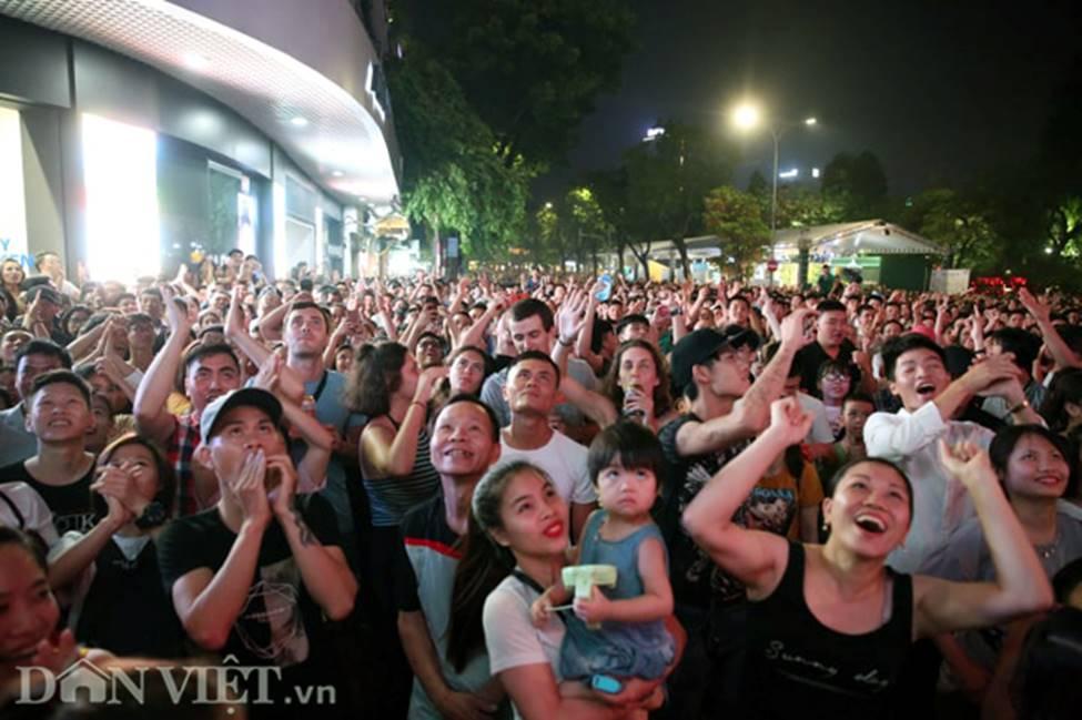 Ảnh: Hàng nghìn CĐV tiếc nuối vì tuyển Việt Nam không nâng cúp trên đất Thái-6