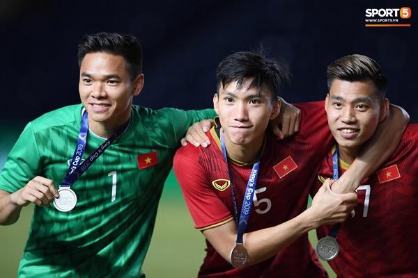 Văn Toàn đấm yêu Xuân Trường và loạt biểu cảm khó đỡ của tuyển Việt Nam trên bục nhận huy chương-2