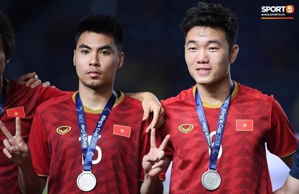Văn Toàn đấm yêu Xuân Trường và loạt biểu cảm khó đỡ của tuyển Việt Nam trên bục nhận huy chương-3