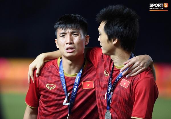 Văn Toàn đấm yêu Xuân Trường và loạt biểu cảm khó đỡ của tuyển Việt Nam trên bục nhận huy chương-4