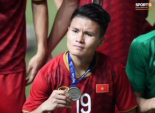 Văn Toàn đấm yêu Xuân Trường và loạt biểu cảm khó đỡ của tuyển Việt Nam trên bục nhận huy chương-5
