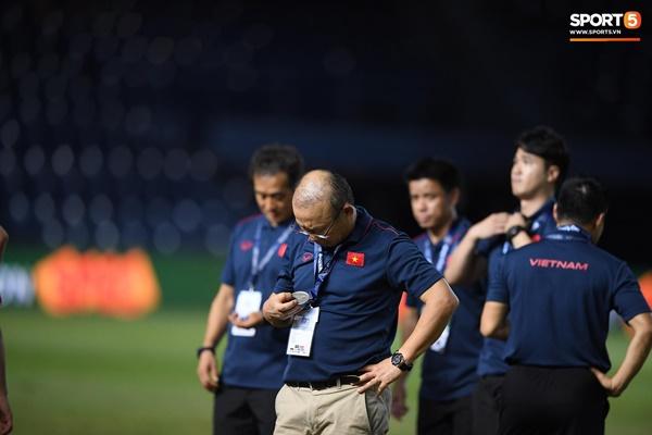 Văn Toàn đấm yêu Xuân Trường và loạt biểu cảm khó đỡ của tuyển Việt Nam trên bục nhận huy chương-6