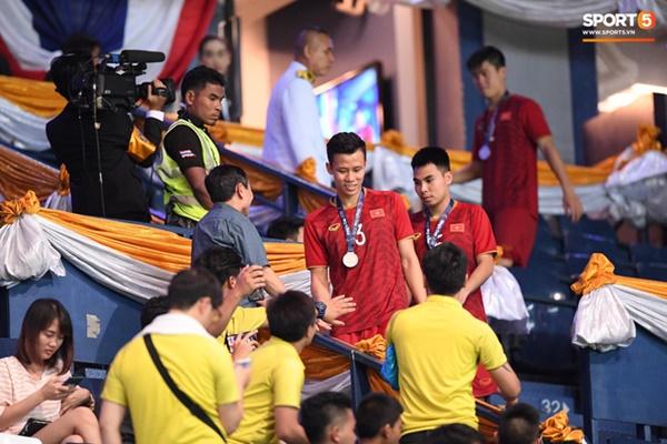 Văn Toàn đấm yêu Xuân Trường và loạt biểu cảm khó đỡ của tuyển Việt Nam trên bục nhận huy chương-8