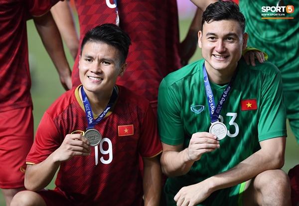 Văn Toàn đấm yêu Xuân Trường và loạt biểu cảm khó đỡ của tuyển Việt Nam trên bục nhận huy chương-11