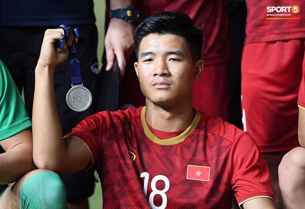 Văn Toàn đấm yêu Xuân Trường và loạt biểu cảm khó đỡ của tuyển Việt Nam trên bục nhận huy chương-12