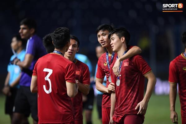 Văn Toàn đấm yêu Xuân Trường và loạt biểu cảm khó đỡ của tuyển Việt Nam trên bục nhận huy chương-13