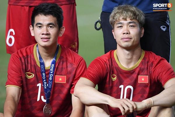 Văn Toàn đấm yêu Xuân Trường và loạt biểu cảm khó đỡ của tuyển Việt Nam trên bục nhận huy chương-14