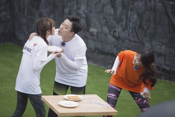 Trấn Thành ôm Lan Ngọc, Hari Won đá đểu cuộc chơi thì ngắn nhưng cuộc đời thì dài-5
