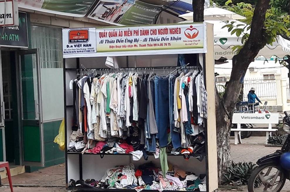 Bức xúc nhóm phụ nữ đi xin quần áo từ thiện rồi lựa đồ đẹp để bán, vứt bỏ đồ cũ lung tung trên đường-1