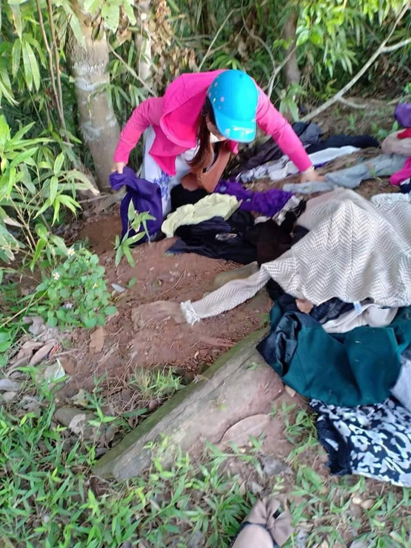 Bức xúc nhóm phụ nữ đi xin quần áo từ thiện rồi lựa đồ đẹp để bán, vứt bỏ đồ cũ lung tung trên đường-2