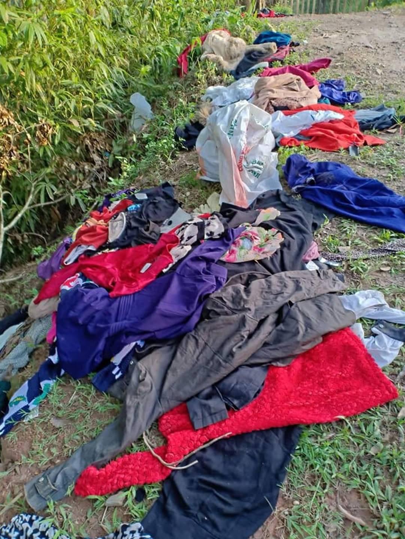 Bức xúc nhóm phụ nữ đi xin quần áo từ thiện rồi lựa đồ đẹp để bán, vứt bỏ đồ cũ lung tung trên đường-3
