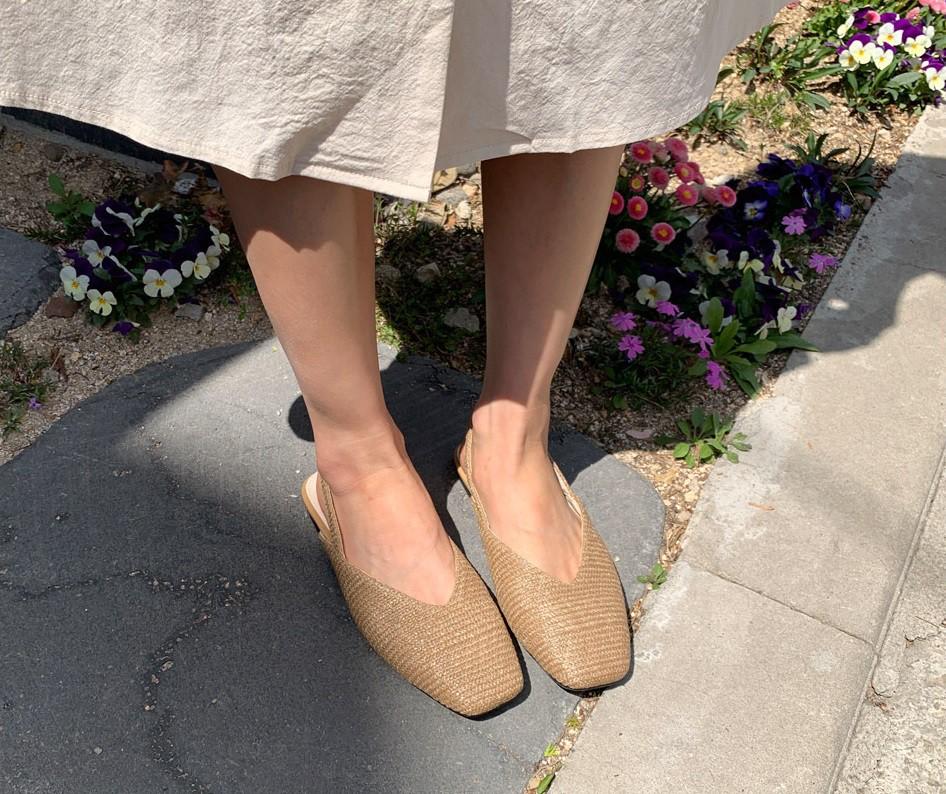Tạm quên giày cao gót đi, dáng bạn vẫn sẽ cao ráo và phong cách thì đậm chất công sở với 4 kiểu giày bệt này-8