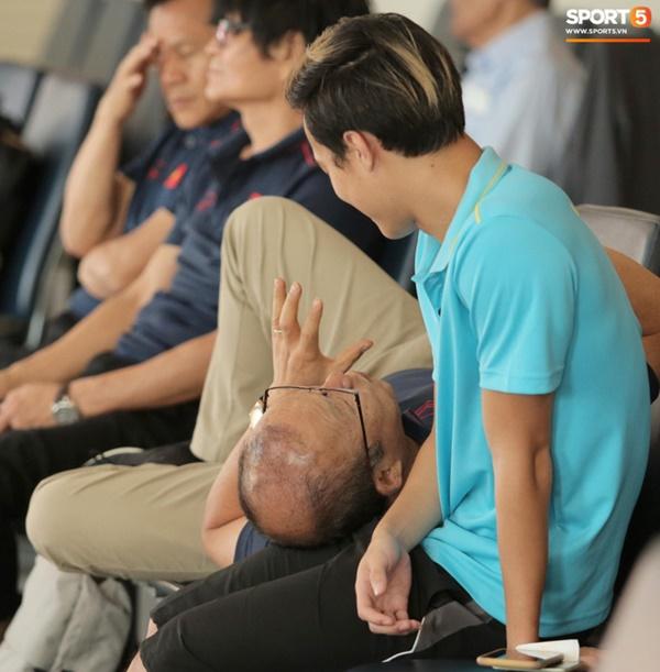 Khoảnh khắc ngọt ngào: HLV Park Hang Seo gối đầu lên đùi Văn Toàn đầy tình cảm tại sân bay-2