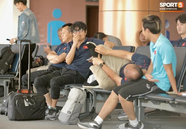 Khoảnh khắc ngọt ngào: HLV Park Hang Seo gối đầu lên đùi Văn Toàn đầy tình cảm tại sân bay-4