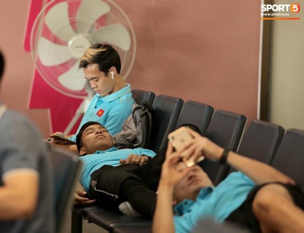 Khoảnh khắc ngọt ngào: HLV Park Hang Seo gối đầu lên đùi Văn Toàn đầy tình cảm tại sân bay-5