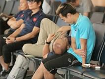 Khoảnh khắc ngọt ngào: HLV Park Hang Seo gối đầu lên đùi Văn Toàn đầy tình cảm tại sân bay
