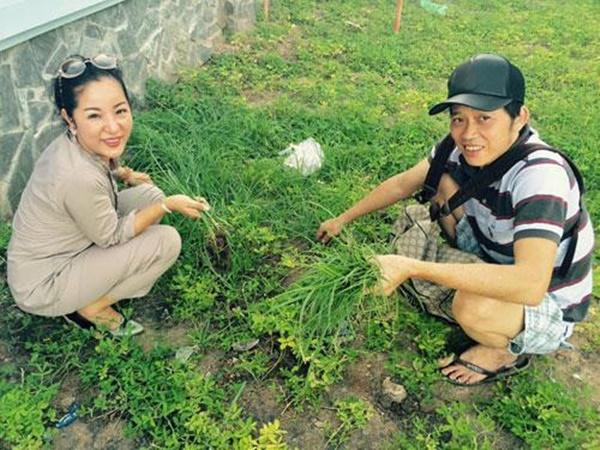 Cuộc sống giản dị ăn cơm cá kho, tưới cây, nhặt cỏ của Hoài Linh-2