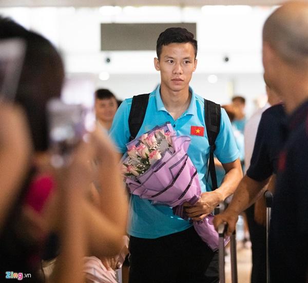Văn Hậu liên tục ho khi trở về Việt Nam sau Kings Cup-1