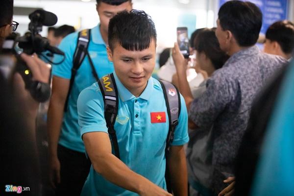 Văn Hậu liên tục ho khi trở về Việt Nam sau Kings Cup-2