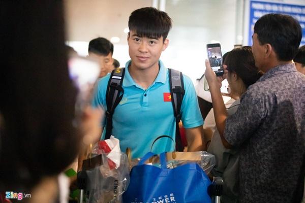Văn Hậu liên tục ho khi trở về Việt Nam sau Kings Cup-3