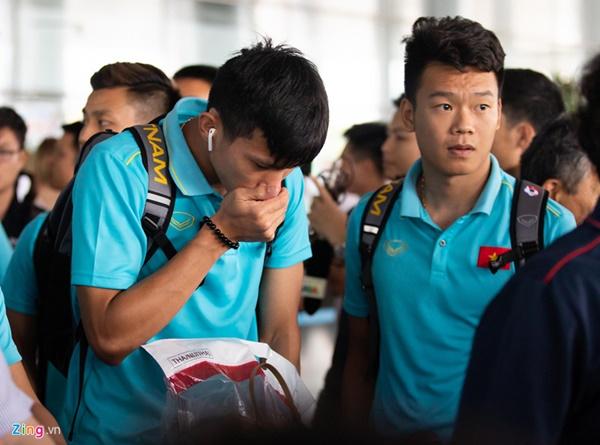 Văn Hậu liên tục ho khi trở về Việt Nam sau Kings Cup-4