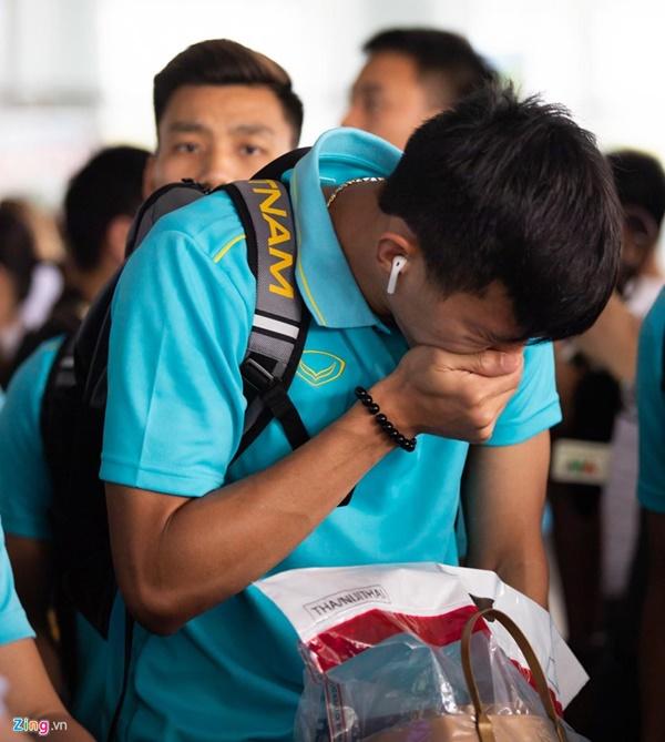 Văn Hậu liên tục ho khi trở về Việt Nam sau Kings Cup-5