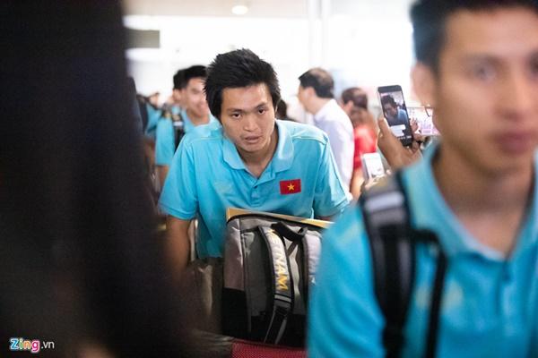 Văn Hậu liên tục ho khi trở về Việt Nam sau Kings Cup-6