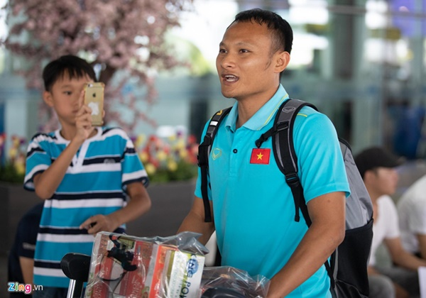 Văn Hậu liên tục ho khi trở về Việt Nam sau Kings Cup-7
