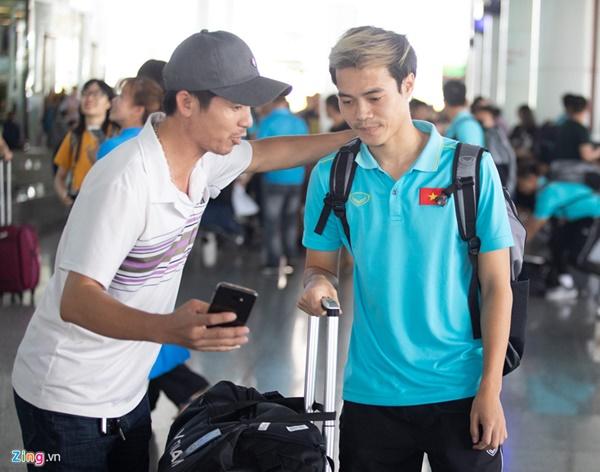 Văn Hậu liên tục ho khi trở về Việt Nam sau Kings Cup-8