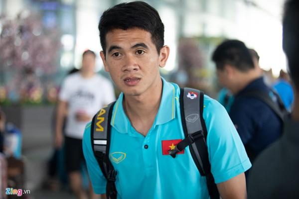 Văn Hậu liên tục ho khi trở về Việt Nam sau Kings Cup-10