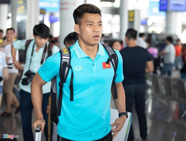 Văn Hậu liên tục ho khi trở về Việt Nam sau Kings Cup-11